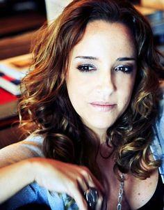 Ana Carolina, is a Brazilian singer, composer, and musician. / é uma cantora, compositora e musicista brasileira.