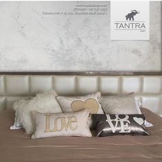 Dormitorio decorado con cojines de love, corazones. Pared pintado con Novacolor. Sabanas 100% algodón de Tantra Imp.