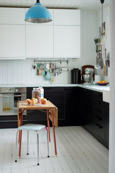 While im not so much into modern....i love this little sweet kitchen
