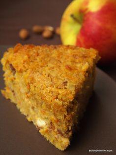 Saftiger Kürbiskuchen mit Apfel, Mandeln und Frischkäsetopping - ein toller Kuchen für den Herbst! Gesund und megalecker.