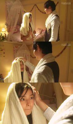 """Kotoko: """"Tengo miedo. Siento que vas a volver a ser el Irie-kun malo de nuevo cuando despierte mañana"""". Naoki: """"¿Entonces quieres dormir conmigo?"""". Kotoko: """"Ah, eso no es lo que quise decir""""- Naoki sonríe revolviéndole el cabello con la toalla - Itazura na Kiss Love in Tokyo, Episodio 16"""