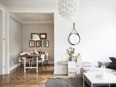 salon avec peinture murale blanche, table basse blanche et tapis rustique gris