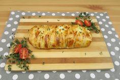 Il Salmone in crosta è una ricetta facile e veloce, con un risultato davvero sorprendente. Vi basterà poggiare un trancio di salmone pulito e privo di spine sulla pasta sfoglia. Aggiungete poi la mozzarella o se preferite un altro tipo di formaggio, e insaporite con sale e timo, o se preferite con del rosmarino. Intrecciate il vostro salmone e infornate a 190° per 20 minuti. In poco tempo ecco preparata una cena deliziosa!   La ricetta: 300g di salmone, un rotolo di pasta sfoglia, 150g di…