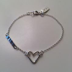 Silverarmband med silverhjärta och silverplatta med stämplat namn. Personalized Items