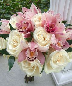 Ramo de rosas y orquideas.