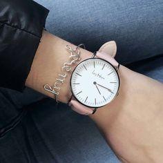 Montre Leny Harper : Swan Amore 89€ - Pour toutes les amoureuses de la mode - Élégante, féminine et intemporelle, la montre Swan Amore séduit avec son design épuré. À la fois vintage et moderne, elle est irrésistible avec son magnifique bracelet rose pastel. Possibilité de choisir son boîtier couleur or rose ou argent.