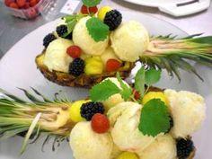 Ananaseis in der Ananas serviert