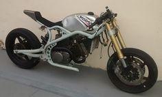 Bom, este projeto é bem mais complexo que os anteriores. Agora é uma moto de 2 cilindros com 250cc, contudo é um motor bem potente para a categoria. O motor, suspensão dianteira e rodas veio de uma…