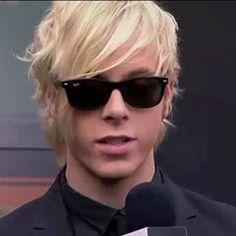Riker Lynch rockin those shades;)