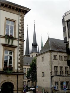 Люксембург. Cathedral Notre Dame видна в проулке