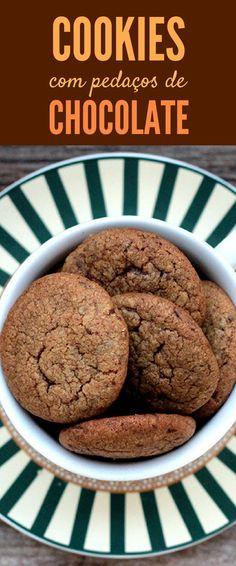 Receita de cookies de chocolate caseiros. Fáceis, crocantes e repletos de pedacinhos de chocolate.