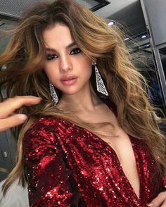 Stunning Selena Gomez with long hair, radiant skin and smoky eyes makeup. #celebrity #selenagomez #makeup #eyeliner #fabfashionfix