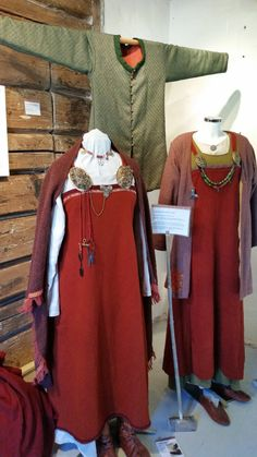 Madder red diamond twill smokkr based on the Oseberg textiles (Astri Bryde), copies of the Oseberg shoes (Lise Hjardar). Green Eastern type coat (Lise Hjardar), women's outfit based on Hedeby and Birka ( AnneMa Werner).