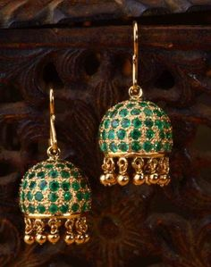 YES PLEASEEEEEE Emerald simplicity jhumki a Simple emerald jhumkis handcrafted in yellow gold. Gold Earrings Designs, Gold Jewellery Design, Silver Jewelry, Silver Ring, Silver Earrings, Jhumka Designs, Resin Jewellery, Emerald Earrings, Gold Necklaces