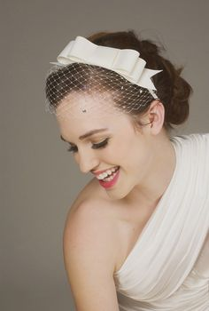 Ideas bridal updo with headband receptions for 2019 Romantic Hairstyles, Down Hairstyles, Wedding Hairstyles, Wedding Hats, Wedding Veils, Bridal Updo, Bridal Makeup, Updo With Headband, Short Veil
