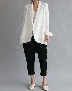 Blazer bianco (H&M), top bianco satin (H&M), culottes nere (Primark), Vans Old Skool o Adidas Stam Smith.