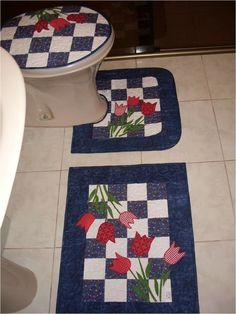 Kit para banheiro em patchwork, com 02 tapetes e tampo para o vaso. <br>feito em tecidos 100% algodão,com manta e forro em algodão cru. <br>Peça o seu na cor que mais lhe agrada.