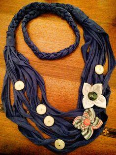 collana blu con fiori di stoffa e bottoni madreperla e oro