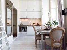 kleine weiße Küchenzeile und Essplatz mit rundem Esstisch im klassischem Stil