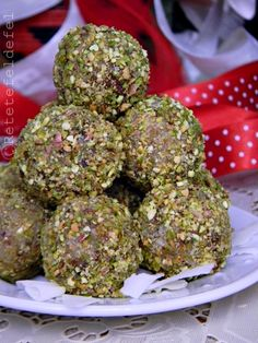 BOMBOANE DE CURMALE SI COCOS Good Food, Yummy Food, Tasty, Sweets Recipes, Cookie Recipes, Raw Vegan Recipes, Healthy Recipes, Dessert Drinks, Coco