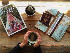 """AndreiaCosta➸handmade no Instagram: """"Bom dia!! Tenho andado de volta das bolsas e porta moedas, por isso aproveitei para avançar com uma prenda que estava em falta. A prenda do dia do pai, do meu Pai. Um amante do mundo e das viagens e das coisas organizadas. Acho que lhe vai dar bastante uso. #andreiacostahandmade #omeucafédamanha #passportpurse 20.4.16"""""""
