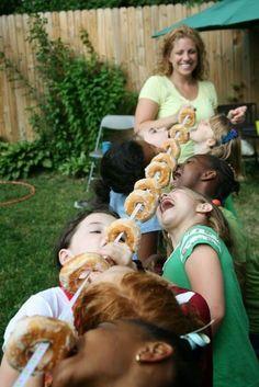 comiendo donuts al aire libre. Más ideas de juegos en el blog de Indalo Natura.