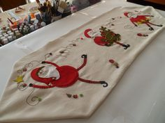 Camino de Mesa.... Christmas Crafts, Xmas, Christmas Tree, Christmas Pictures, Table Runners, Wool Felt, Projects To Try, Quilts, Holiday Decor