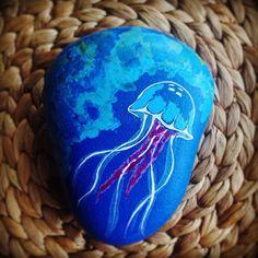 """""""#denizanası #jellyfish #taş #boyama #taşboyama #stone #painting #stonepainting #tasarım #corisjulisart #hediye"""""""