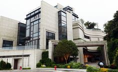 Check out this home for sale in Hong Kong. It is the most expensive house in the world on a price per square foot basis. Luxury Homes Exterior, Luxury Modern Homes, Luxury Rooms, Exterior Design, Luxurious Homes, Hong Kong Architecture, Classical Architecture, Architecture Details, Colonial Architecture