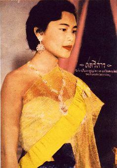 Her Majesty Queen Sirikit Of Thailand King Phumipol, King Rama 9, King Of Kings, King Queen, Thai Fashion, Queen Sirikit, Thailand Photos, Bhumibol Adulyadej, Thai Traditional Dress