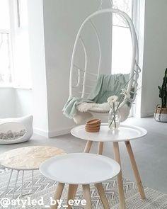 Doet dit plaatje denken aan jouw droomwoonkamer? Kijk dan nu verder naar onze top 10 mooiste woonkamers #woning #stijl #woonkamer #wit #mint #grijs #muur #tafel #mooi #inspiratie #bank #wonen #top10 #interieur #interieurstyling #binnenkijken #hangstoel #stoel