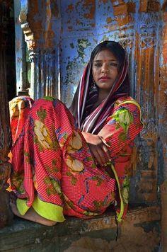Woman, India ༻♡༻¤ ღ รฬєєt รย๓ἶ ღ ¤ ༻♡༻ ღ☀ჱ ܓ ჱ ᴀ ρᴇᴀcᴇғυʟ ρᴀʀᴀᴅısᴇ ჱ ܓ ჱ¸. We Are The World, People Around The World, Isadora Duncan, Indian Colours, Amazing India, Indian People, India Culture, World Of Color, World Cultures