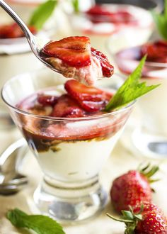 Balsamic Strawberry Mascarpone Mousse Ricotta & mascarpone are whipped into a light and flavorful mousse which is topped by balsamic strawberries in this Italian dessert. Marscapone Cheese, Strawberry Balsamic, Strawberry Recipes, Italian Desserts, Italian Recipes, Italian Cookies, Flan, Dessert Ricotta, Dessert