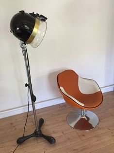 Alte Haartrockenhaube Desk Lamp, Table Lamp, Home Appliances, Flooring, Lighting, Home Decor, Environment, Ad Home, House Appliances