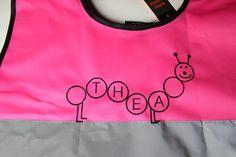 Thea skal få rosa refleksvest med brodert navn fra Unike Sting.