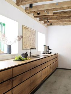 Rustikale Küche: Fotos und Deko-Modelle Rustic kitchen: photos and deco models! Oak Kitchen Cabinets, Brown Cabinets, Wooden Kitchen, Rustic Kitchen, Rustic Farmhouse, Farmhouse Style, Kitchen Modern, Wood Cabinets, Rustic Wood