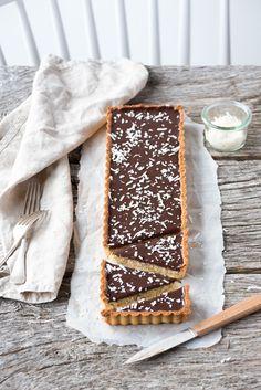 Ma recette de tarte noix de coco, chocolat et amandes : une pâte sablée amandes et une onctueuse ganache chocolat noir recouvre la crème de noix de coco...