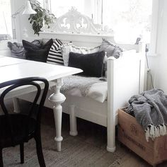 Scandinavian Cottage, Sofa, Cottage Style, Accent Chairs, Sweet Home, Old Things, Shabby, March, Interior Design