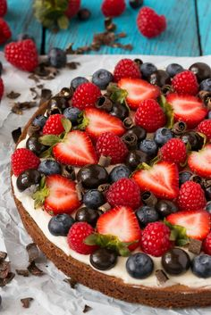 Brownie Berry Dessert Pizza 26 Delectable Chocolate Treats To Seduce Your Valentine With Brownie Fruit Pizzas, Brownie Pizza, Fruit Pizza Bar, Dessert Pizza, Unique Desserts, Köstliche Desserts, Delicious Desserts, Brownie Desserts, Beautiful Desserts
