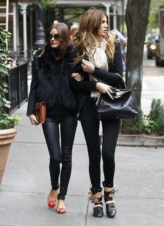 Te recomendamos el look de Olivia Palermo en total look negro que combina cuero, blazer  y chaleco de pelo.  #look #Olivia #Palermo #total #black #moda #mujer #famosas