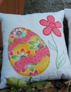 Make this adorable #Applique #Easter Egg Cushion #tutorial as an Easter decoration for your home or get the kids involved in this fun Easter project. The Easter egg applique is created by layering appliqued stripes using fusible webbing. The appliqued flower adds an element of springtime!