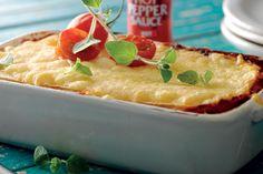 Lasagna met een mexicaanse twist met kruidige kip, tortilla, zoete paprika, ui en tomatensaus.