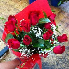 Los ramos de rosas rojas expresan amor y pasión, pero también alegría y entusiasmo, si la ocasión lo merece sorprende con un bouquet de rosas rojas. #rosas #rosasrojas #bouquetrosasrojas #roses #redroses #amor #love #pasion #aniversario #floristeriamadrid #quedeflores