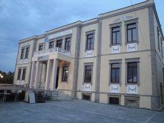 Λήμνος, Μύρινα - Το γυμνάσιο, διατηρητέο μνημείο αρχιτεκτονικής κληρονομιάς του νησιού.