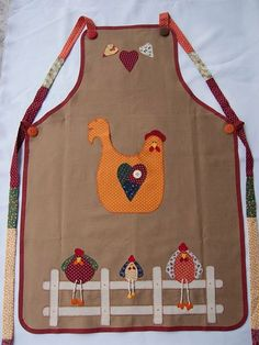 Avental, delantal, apron, special system for wearing it Fabric Crafts, Sewing Crafts, Sewing Projects, Chicken Crafts, Cute Aprons, Apron Designs, Chickens And Roosters, Sewing Aprons, Kids Apron
