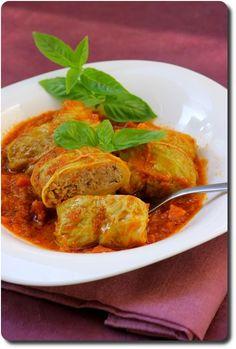 Feuilles de chou farcie à l'italienne INGREDIENTS (pour 4 – 5 personnes – environs 17 pièces) 1 chou (on aura besoin de 17 – 18 feuilles) 350 g de viande de bœuf hachée 150 g de mortadella 20 g de pain rassi 140 g de ricotta 2 œufs 30 g de parmesan râpé sel, poivre, noix muscade moulue (pour la sauce) 400 g de pulpe de tomate 1 échalote 1 carotte Huile d'olive Sel