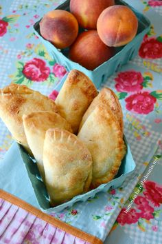 Peach Hand Pies with an easy recipe for Cream Cheese Pastry Pie Crust! #peach #handpies