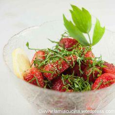 Erdbeeren mit Liebstöckel (mit grob gemörserten Samen und einem Spritzer Orangensaft marinieren?)