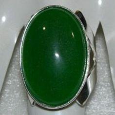 Anel de prata 950 com jade natural medindo 30x20 mm. Peso medio do anel: 12,5 g.