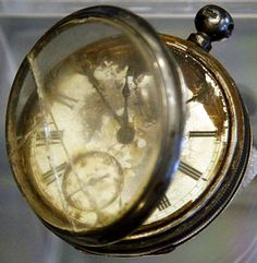 A pocket watch was found in the Titanic wreckage, in the belongings of a third class passenger named William Henry Allen. The Titanic sunk in 1912 Rms Titanic, Titanic Photos, Titanic Sinking, Titanic History, Titanic Ship, Titanic Wreck, Southampton, Titanic Artifacts, Historical Artifacts